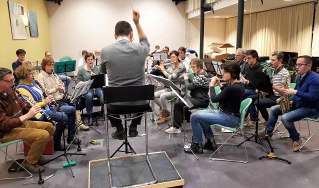 Onder de bezielende leiding van dirigent Sjaak Verloop repeteert La Bona Futura voor hun grootse concert op 30 maart a.s.