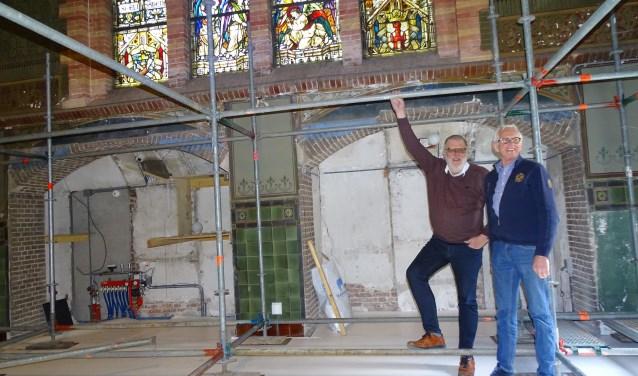 Hans Sluijs (links) en Chiel van Dijk volgen de hele restauratie op de voet. (Foto: Margreet Nagtegaal)