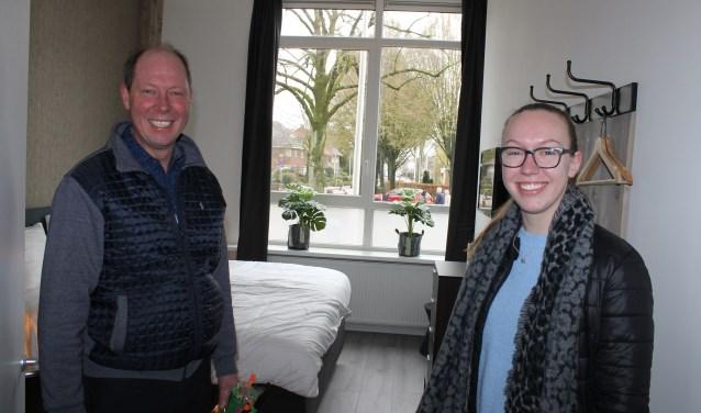 Wethouder Ted Kok en zijn dochter namen een kijkje in de B & B 'de Wilhelminaschool' Aalten.