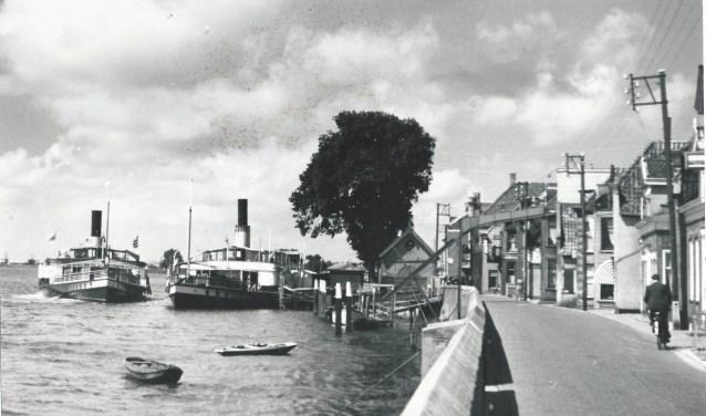 De belangrijke steiger in Lekkerkerk, waar de schepen van de rederij aanlegden.