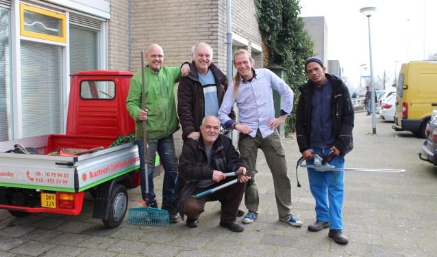Vrijwilligers van het Tuinteam in Rotterdam Zevenkamp zijn net terug van het tuinonderhoud. (Foto: Margriet van Dam)