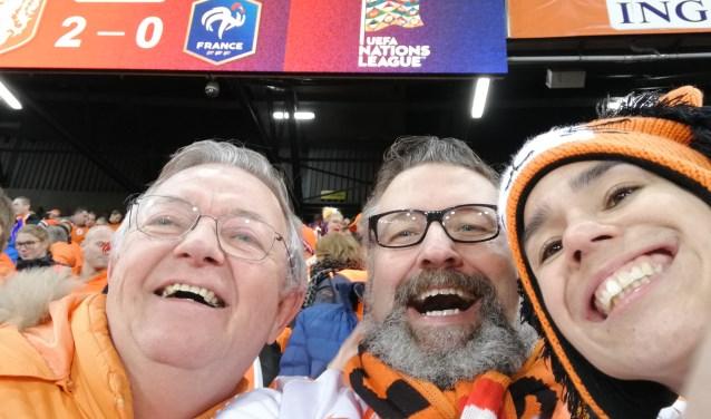 Henk van Beek (met baard) na de knappe zege van Oranje tegen wereldkampioen Frankrijk in de Kuip.