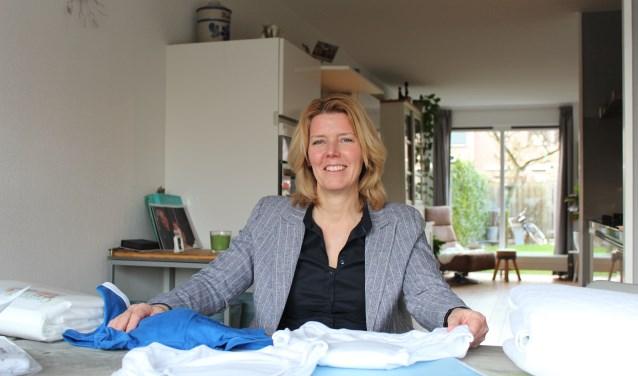 """""""Uitwasbare incontinentiematerialen sparen het milieu"""", legt onderneemster Erna Beerda uit. (foto: Sigrid Aalfs)"""