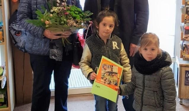 Fayén (3) en Sienna (6) zijn samen met hun grootouders in het zonnetje gezet. Foto: kinderboerderij Dondertman.