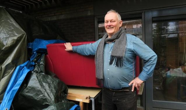 In de tuin van Karel Ploeger wordt het wat vol met al die gebruikte goederen voor Kringloop de Solidariteit.