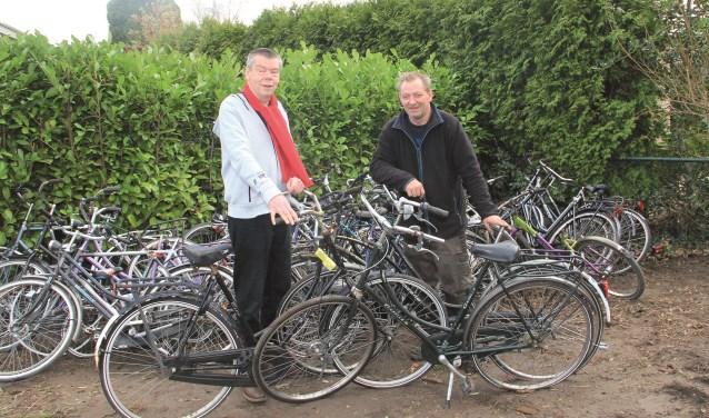 Adri van Zundert (links) met Sjon van der Hoeven, die het Westervoortse fietsenproject Low Budget Bikes tot een succes heeft gemaakt.