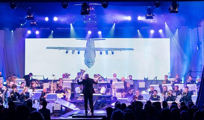 Het Orkest van de Koninklijke Luchtmacht neemt haar grote LED-scherm vaker mee naar optredens, voor visueel spektakel. Naast muziek klinken er ook verhalen van de luchtmachtmilitairen. Foto: Paul Tolenaar