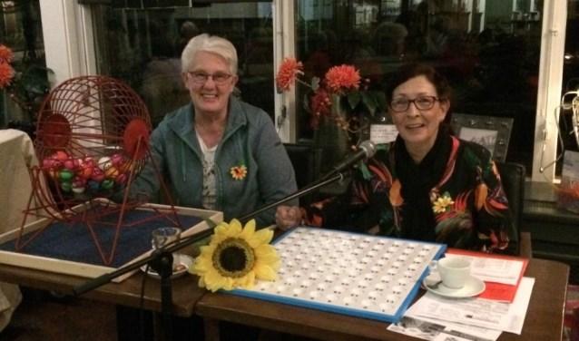Twee vrijwilligster bij de bingo van De Zonnebloem.