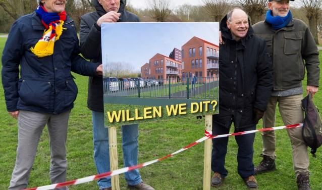 Het bestuur van de Stichting Behoud en Beheer Nollebos/Westduinpark (SBBN) voert actie. FOTO: Silvia Wennekes