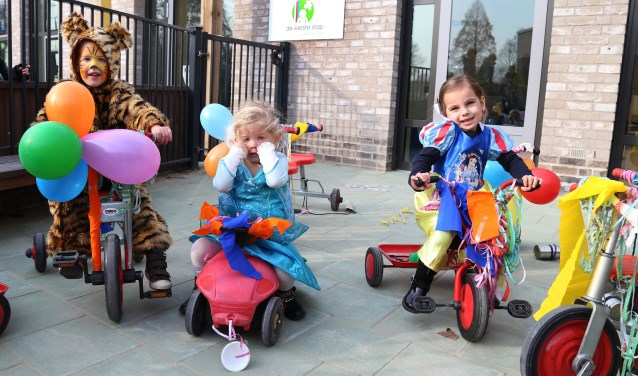 Een kleine optocht optocht met de zelf versierde loopfietsen. (foto Marco van den Broek)