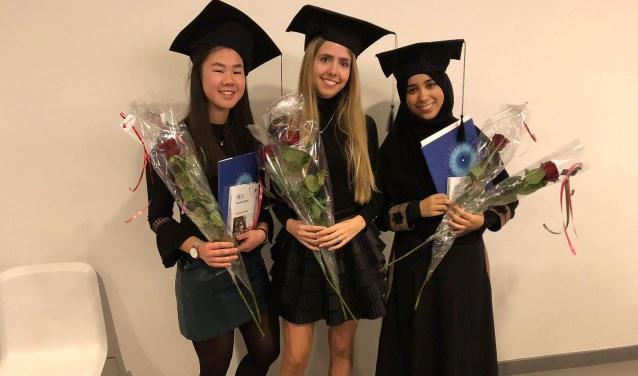 Aïsha Scholtens, Eva van Vliet en Tassnim el Badoui (vlnr) van College Zuid zijn dolblij met hun diploma van het honoursprogramma.