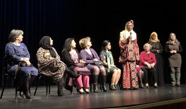 Negen vrouwen uit negen verschillende landen heten de bezoekers van de Vrouwendag welkom. Ze doen dat in hun eigen moedertaal.