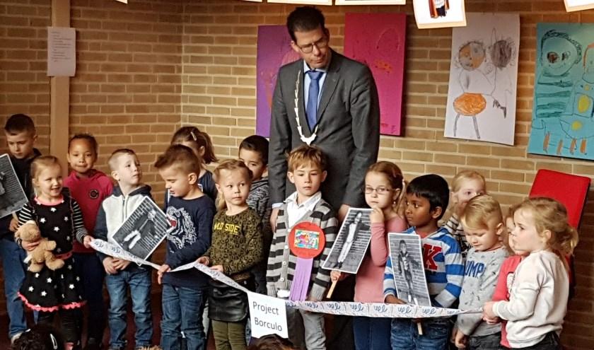 Burgemeester Joost van Oostrum verrichtte de officiële opening van het Borculo-project op school Noord.