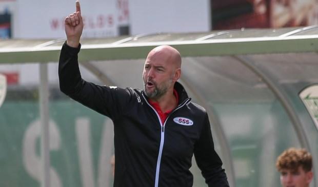 Smeding wijst de weg voor SSS: omhoog. Zelf gaat hij niet verder als coach van de voetbalclub. (foto: Mischa Keemink)
