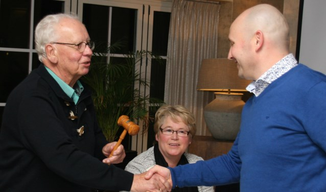 Jan Meutstege geeft voorzittershamer door aan Gerold de Maag.