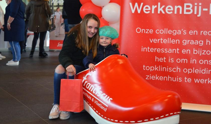 Twee jonge bezoekers tijdens de Open Dag in Franciscus Gasthuis Vlietland.