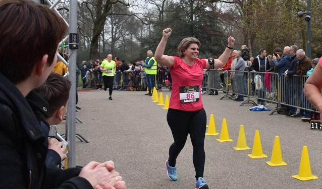 Veel deelnemers aan de Ladies Park Run komen juichend over de finish: zij hebben hun doel bereikt. Foto: Jolien van Gaalen.