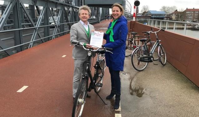 Staatsecretaris Stientje van Veldhoven nam in Zutphen het plan Voor de fiets van D66 Gelderland in ontvangst.