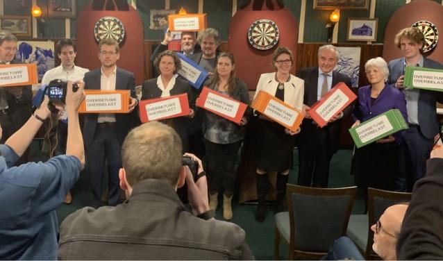 Politici krijgen containers vol handtekeningen tegen de railterminal