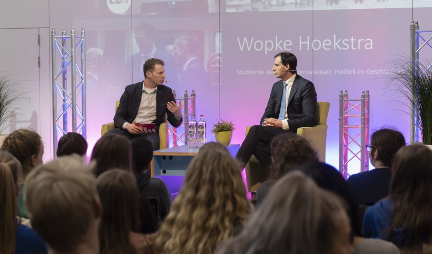 Minister van Financiën Wopke Hoekstra en Gerrit Valkenburg in het Technova College Ede. (Foto: Stefan Middelhoven)