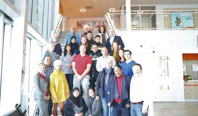 Alle samenwerkende partijen met de wethouder op de foto. Jary Göbel, locatiemanager van AquaRijn, onderdeel van De Thermen2 is verheugd dat de samenwerkende partijen zich vestigen in AquaRijn.