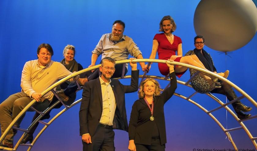 Spelers van de voorstelling Lastige Ouders samen met initiatiefnemers van deze bijzondere avond in Lochem.