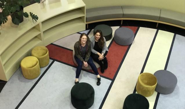 Josche Besems en Anissa Boukachni in de Bibliotheek VANnU, waar vanaf 2 april het Mama Café elke eerste dinsdag van de maand is geopend.