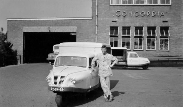 'Jet' van Capellen omstreeks 1960 bij de zuivelfabriek Concordia iaan de Churchillweg in Wageningen. Hij was melkboer in Elst. (Foto: familiearchief)