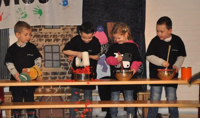 Kinderen van basisschool De Zilvermaan gaan aan de slag met het thema 'restaurant'. Eigen foto