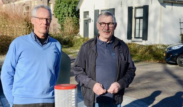 Lex Kruis (l) en Maarten Lobregt voor de afvalcontainer waarvan de plaats zeet omstreden is.