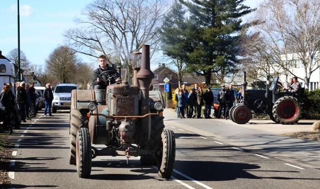 Een mooie stoet tractoren reed door de straten. (foto Marco van den Broek)
