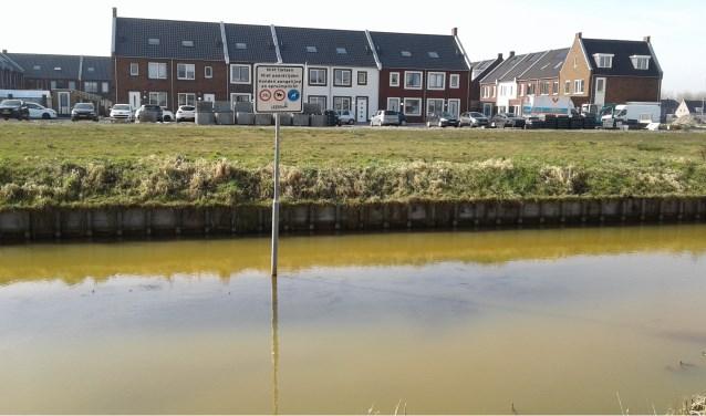 Dit bord staat in de wijk Broekgraaf. Nou ja, in het water... Foto: Mimi van Rossem