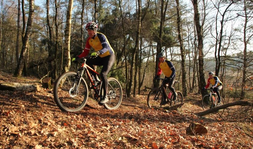 Het voorjaar is weer begonnen voor de Veluwe Renners. De Speulderbostocht trok bijna 900 deelnemers.