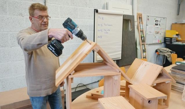 Nico is bezig met de voorbereidingen voor de bouw van kleine en grote bijenkasten. Lister zet zich daardoor in tijdens NL Doet voor de bij. Foto: Louise Mastenbroek.
