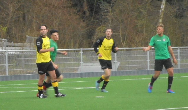 Roy Tuinder (rechts) was met één goal en twee assists weer  belangrijk voor FC Dordrecht Amateurs.