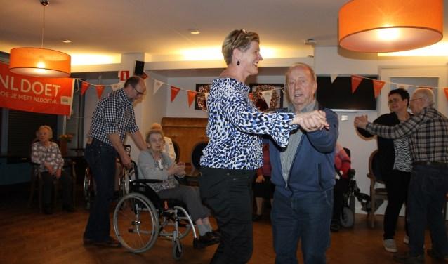 Raadsleden Henk Rijks en Margret Rensink actief op de dansvloer met ouderen tijdens de vrijwilligersdag NL Doet op de Stegemanhof, Aalten