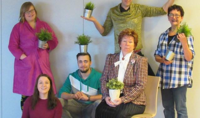De cast van Toneelgroep Strik die vier keer de voorstelling 'Ja hoor, daar gaan we weer' op gaat voeren in buurthuis 't Schooltje.