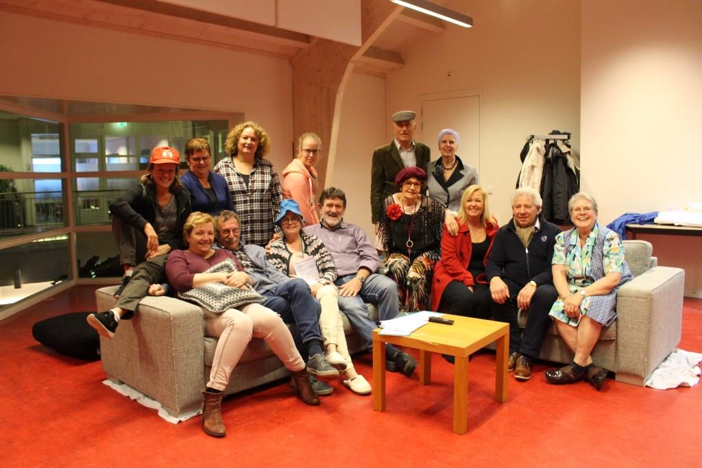 Leden van de jubilerende toneelvereniging in de repetitieruimte in dorpshuis 't Perron.  © Persgroep