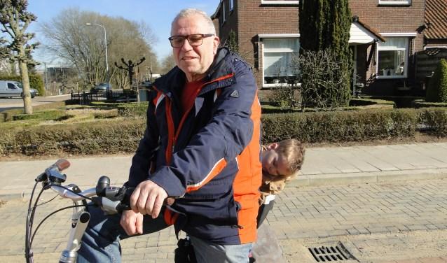 Koos de Baar met kleinzoon Joep Ouweneel achterop: ''Ik hoop op veilige situatie voor fietsers''.