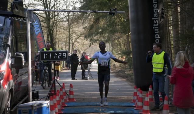 Bij de halve marathon was het Emmanuel Biwott die bij de heren eerste finishte.