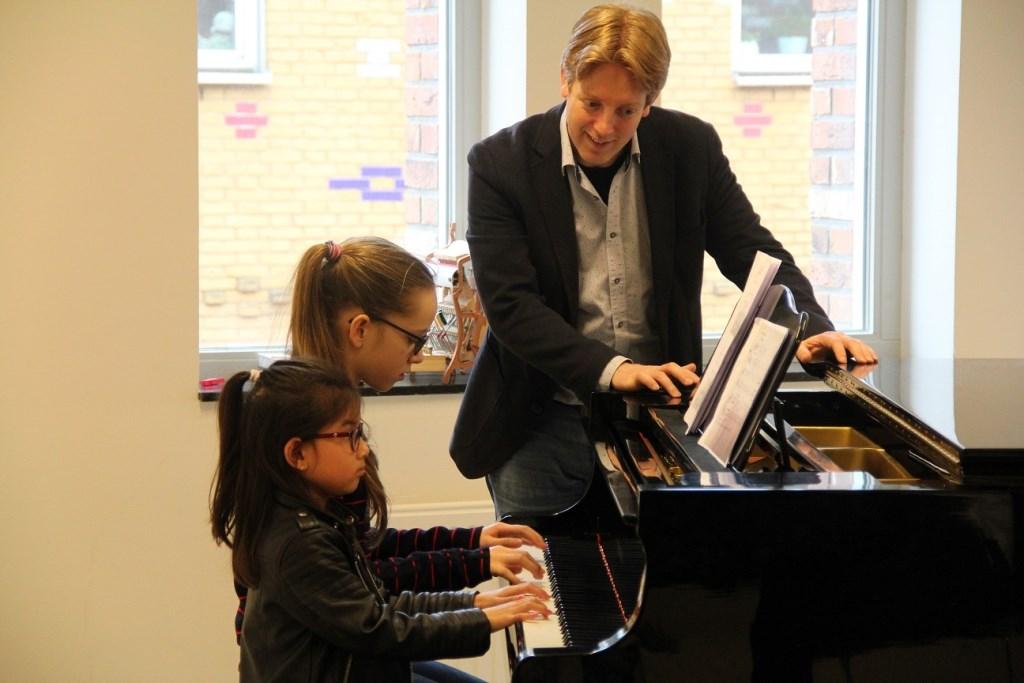 May-lin en Nine krijgen tips van Stefan Blaak Foto: Muziekschool de Muzen © Persgroep