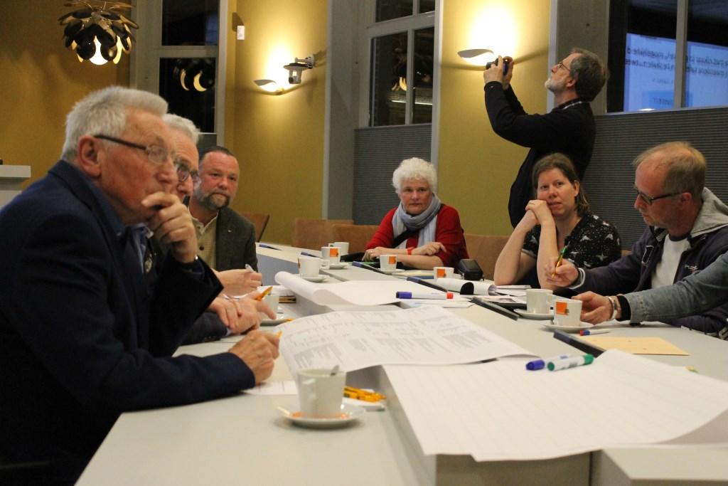 Overleg aan één van de vier thematafels. Foto: Leo van der Linde © Persgroep