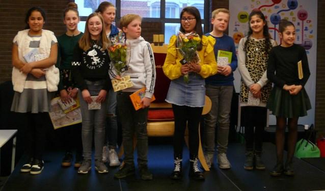 De negen winnaars van de lokale ronden bijeen, met in het midden de winnaars van de regiofinale.