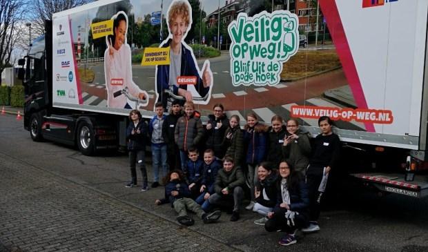Leerlingen van BS De Duinsprong poseren bij de Veilig op Wegvrachtauto.