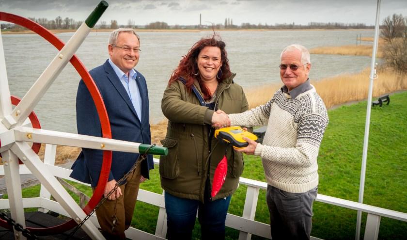 Peter de Waard, Dimphy van Amen namens Aukes Training & Advies en Herman Moerland. (Foto: Cees van der Wal)