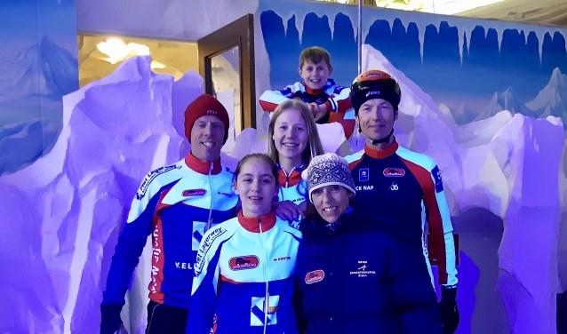 Niels en Jasmijn Hiddink, Marit en Pauljohan van Andel, Tijnis Verhoeff en Marianne Versloot sloten het schaatsseizoen af met een derde plaats.