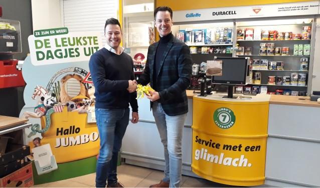 Jan Heemskerk en Ronald Straatman tijdens de uitreiking van de cheque. (foto: PR)