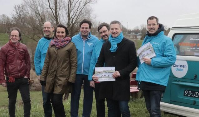 """Initiatiefnemers en Daniël Jumelet (in het midden) in gesprek met de statenfractie CU van Gelderland over de ontwikkeling van het plan """"Ronde Haven""""."""