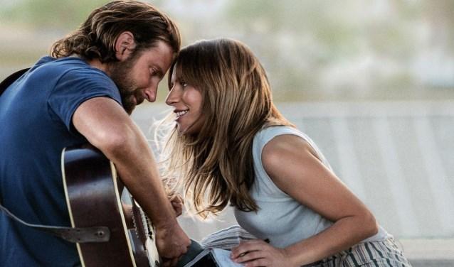 Filmscène uit 'A Star Is Born' met links Jackson Maine (Bradley Cooper) en rechts Ally (Lady Gaga).