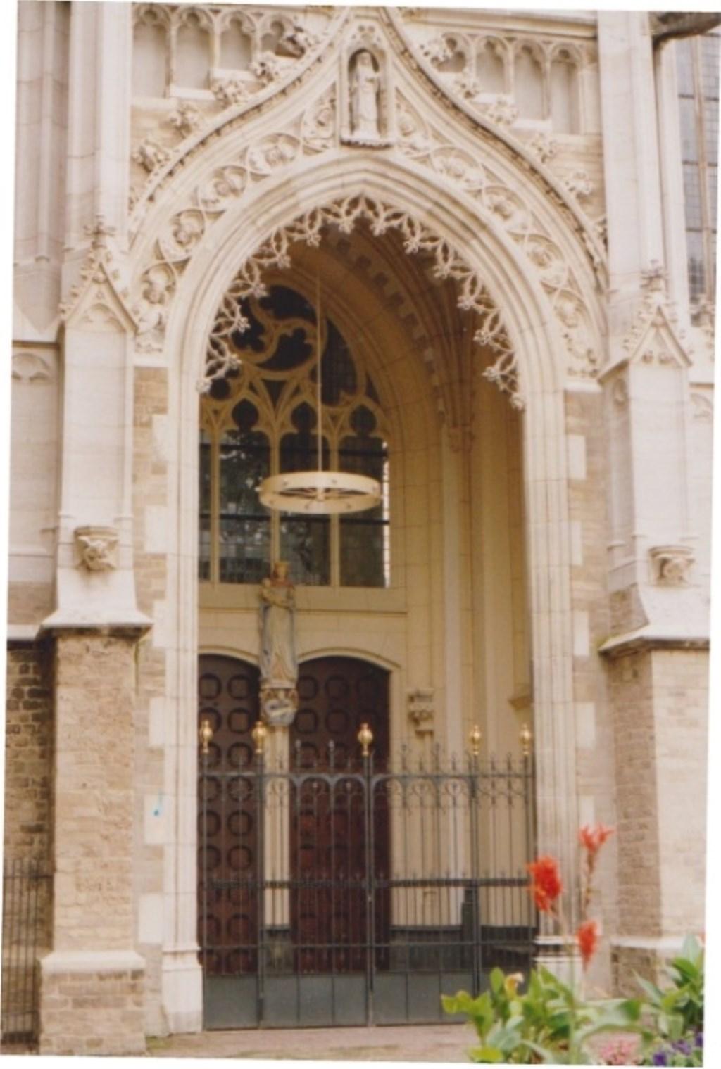 Mariaportaal na restauratie 1991.  Vooraan boven beeld St. Walburga.  Foto:  © Persgroep